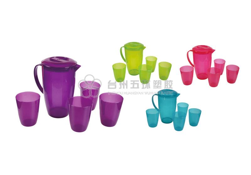 Una jarra con cuatro vasos.
